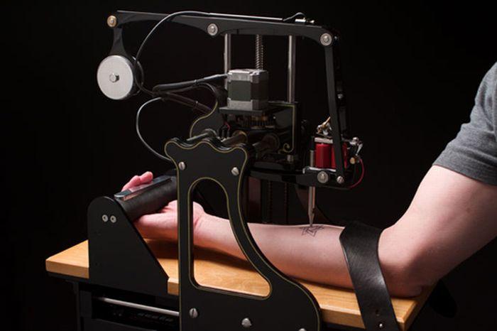 Машина, яка вміє робити татуювання (4 фото + відео)