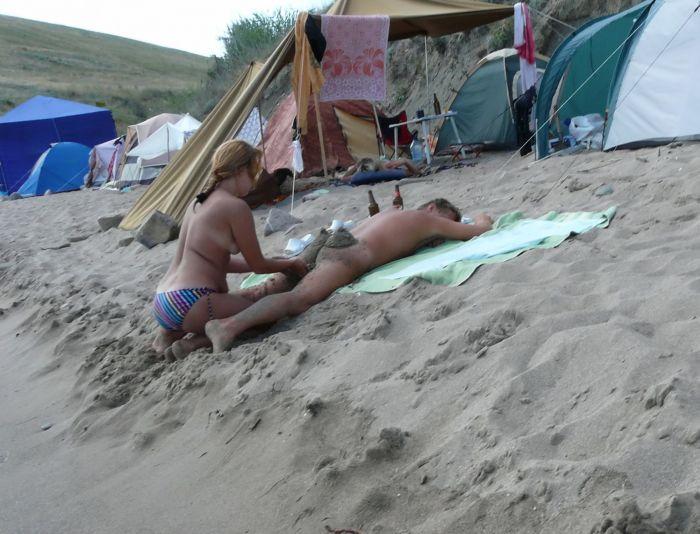 Розвага нудистів на пляжі (6 фото)