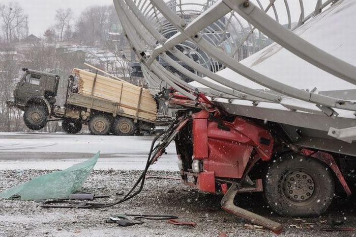 Самоскид зніс пішохідний міст (3 фото)