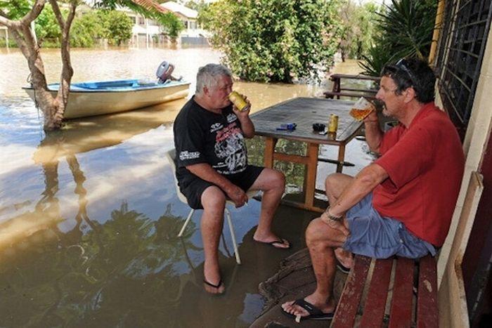 Люди, напивающиеся під час повені (30 фото)