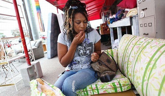 Жінка, яка їсть дивани! (5 фото)