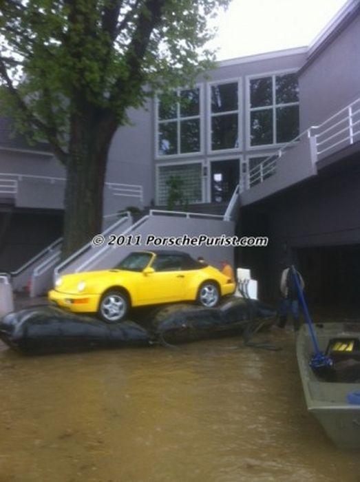 Як врятувати дорогий автомобіль від повені (9 фото)