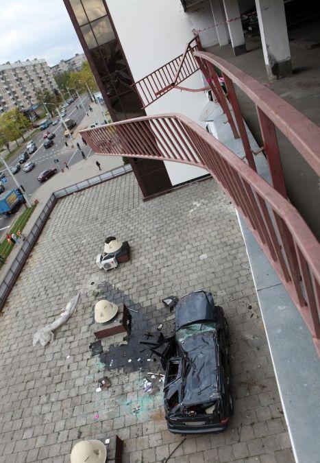 Позашляховик Мерседес впав з багатоповерхового паркінгу (14 фото)