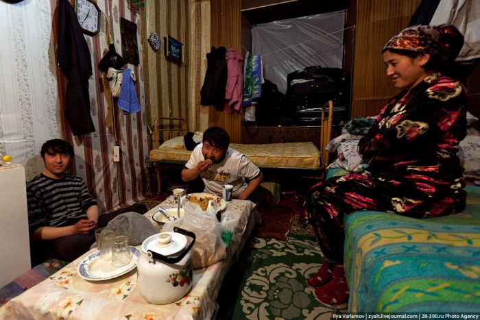 Нелегальний гуртожиток гастарбайтерів на околиці Москви (19 фото)