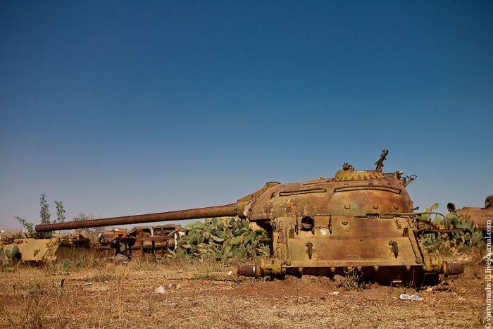 Кладовище військової техніки в Еритреї (30 фото)